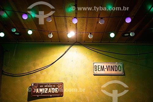 Detalhe de decoração de restaurante com placas com os dizeres: Um brinde à amizade e Bom-Vindo no Centro Luiz Gonzaga de Tradições Nordestinas  - Rio de Janeiro - Rio de Janeiro (RJ) - Brasil