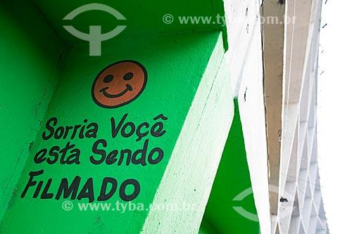 Detalhe de aviso com os dizeres: Sorria você está sendo filmado no Centro Luiz Gonzaga de Tradições Nordestinas  - Rio de Janeiro - Rio de Janeiro (RJ) - Brasil