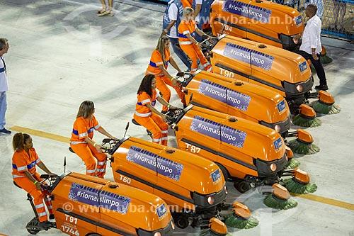 Garis da COMLURB fazendo a limpeza com varredeiras - também conhecidas como laranjinhas - no Sambódromo da Marquês de Sapucaí durante o intervalo entre as escolas de samba  - Rio de Janeiro - Rio de Janeiro (RJ) - Brasil