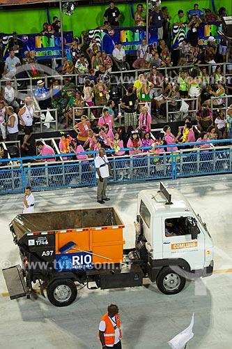 Caminhão de lixo da COMLURB - também conhecido como Satélite - fazendo no Sambódromo da Marquês de Sapucaí durante o intervalo entre as escolas de samba  - Rio de Janeiro - Rio de Janeiro (RJ) - Brasil