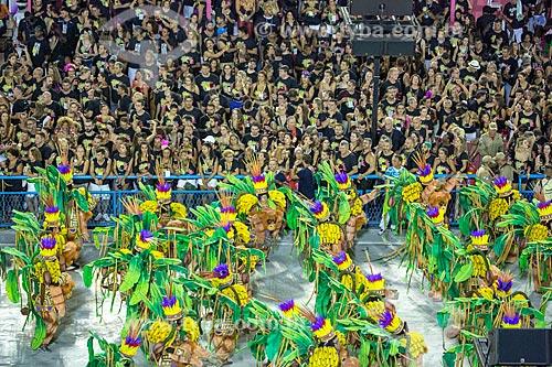 Desfile do Grêmio Recreativo Escola de Samba Unidos de Vila Isabel - Foliões - Enredo 2019 - Em nome do Pai, do Filho e dos Santos, a Vila canta a cidade de Pedro  - Rio de Janeiro - Rio de Janeiro (RJ) - Brasil