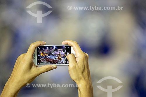 Detalhe de celular fotografando o desfile do Grêmio Recreativo Escola de Samba Unidos de Vila Isabel - Enredo 2019 - Em nome do Pai, do Filho e dos Santos, a Vila canta a cidade de Pedro  - Rio de Janeiro - Rio de Janeiro (RJ) - Brasil