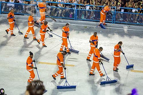 Garis da COMLURB limpando o Sambódromo da Marquês de Sapucaí durante o intervalo entre as escolas de samba  - Rio de Janeiro - Rio de Janeiro (RJ) - Brasil