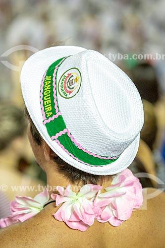 Detalhe de homem com chapéu do Grêmio Recreativo Escola de Samba Estação Primeira de Mangueira na arquibancada do Sambódromo da Marquês de Sapucaí durante desfile  - Rio de Janeiro - Rio de Janeiro (RJ) - Brasil