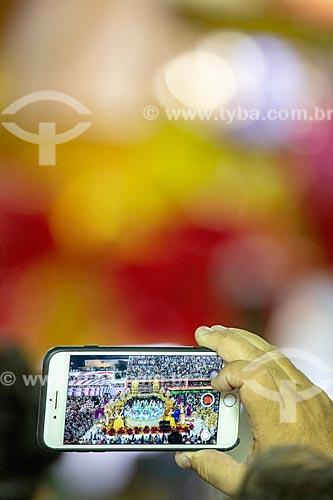 Detalhe de celular gravando o desfile do Grêmio Recreativo Escola de Samba Unidos do Viradouro  - Rio de Janeiro - Rio de Janeiro (RJ) - Brasil