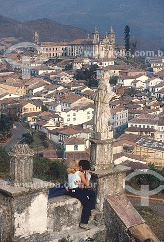 Casal se beijando no centro histórico da cidade de Ouro Preto - década de 70  - Ouro Preto - Minas Gerais (MG) - Brasil