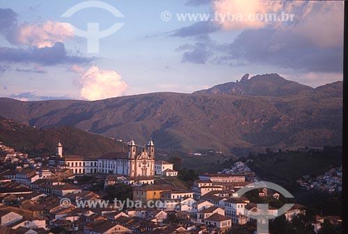 Vista geral do centro histórico da cidade de Ouro Preto com o Museu da Inconfidência (1780) e a Igreja de Nossa Senhora do Carmo (1756) à esquerda e o Pico do Itacolomi ao fundo - década de 2000  - Ouro Preto - Minas Gerais (MG) - Brasil