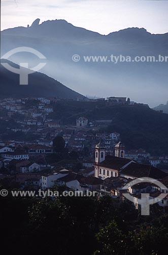 Vista geral do centro histórico da cidade de Ouro Preto com o Pico do Itacolomi ao fundo - década de 2000  - Ouro Preto - Minas Gerais (MG) - Brasil