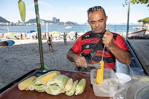 Vendedor ambulante de milho cozido na orla da Praia de Copacabana  - Rio de Janeiro - Rio de Janeiro (RJ) - Brasil