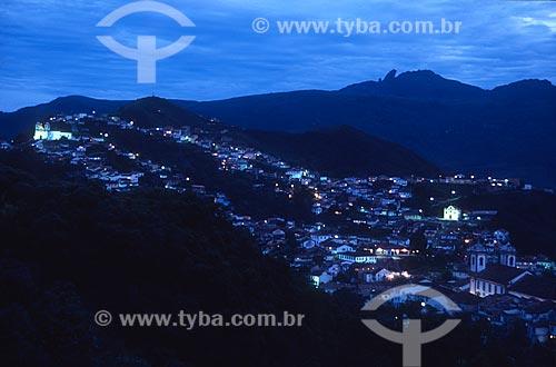 Vista geral do centro histórico da cidade de Ouro Preto durante o anoitecer com o Pico do Itacolomi ao fundo - década de 2000  - Ouro Preto - Minas Gerais (MG) - Brasil