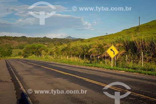 Trecho da rodovia Rodovia MG-353 entre as cidades de Guarani e Rio Novo durante o entardecer  - Guarani - Minas Gerais (MG) - Brasil