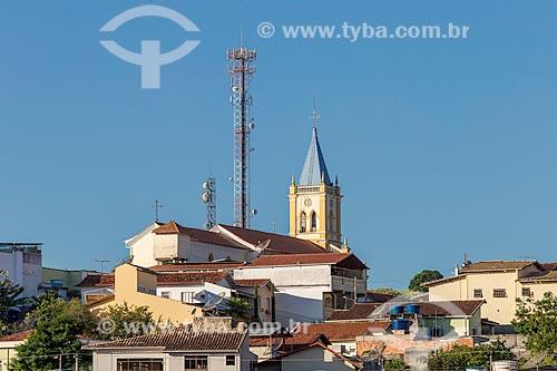 Antenas de celular com o campanário da Igreja Matriz do Divino Espírito Santo  - Guarani - Minas Gerais (MG) - Brasil
