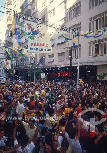 Concentração de torcedores na Rua Miguel Lemos durante jogo pela Copa do Mundo 1998  - Rio de Janeiro - Rio de Janeiro (RJ) - Brasil