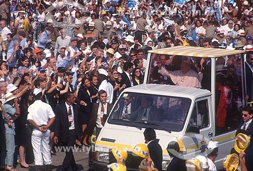 Papa João Paulo II em desfile em carro aberto durante viagem apostólica ao Brasil para participar do II Encontro Mundial com as Famílias  - Rio de Janeiro - Rio de Janeiro (RJ) - Brasil