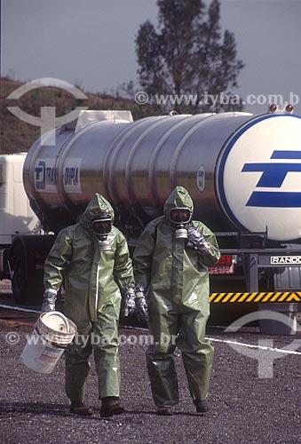Trabalhadores utilizando roupa de proteção - década de 80  - São Paulo - São Paulo (SP) - Brasil
