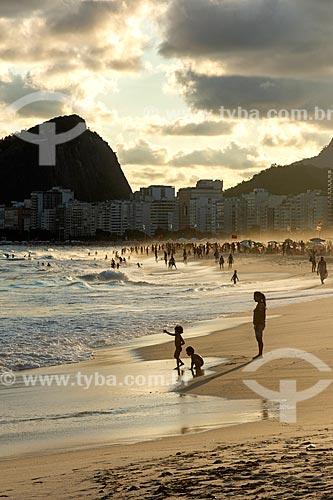 Banhistas na Praia do Leme durante o pôr do sol com o Morro dos Cabritos ao fundo  - Rio de Janeiro - Rio de Janeiro (RJ) - Brasil