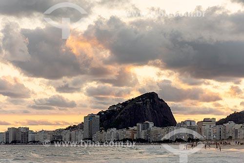 Vista do bairro de Copacabana durante o pôr do sol com o Morro dos Cabritos a partir da Praia do Leme  - Rio de Janeiro - Rio de Janeiro (RJ) - Brasil