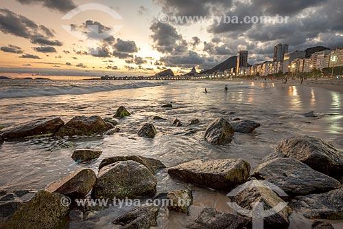 Vista da Praia de Copacabana durante o pôr do sol com o Morro dos Cabritos a partir da Praia do Leme  - Rio de Janeiro - Rio de Janeiro (RJ) - Brasil