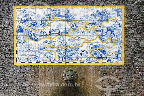 Fonte com painel de azulejos com o mapa da Floresta da Tijuca (1946) próximo à Cascatinha Taunay  - Rio de Janeiro - Rio de Janeiro (RJ) - Brasil