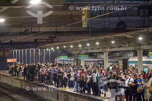 Passageiros na plataforma da Estação São Cristóvão da Supervia - concessionária de serviços de transporte ferroviário  - Rio de Janeiro - Rio de Janeiro (RJ) - Brasil