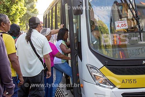 Passageiros embarcando em ônibus próximo à Estação Ferroviária Central do Brasil  - Rio de Janeiro - Rio de Janeiro (RJ) - Brasil