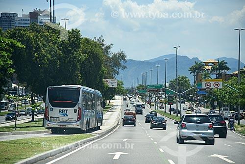 Ônibus do BRT Transoeste na faixa exclusiva da Avenida das Américas  - Rio de Janeiro - Rio de Janeiro (RJ) - Brasil