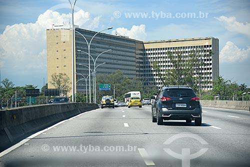Tráfego na Linha Amarela com o Hospital Universitário Clementino Fraga Filho ao fundo  - Rio de Janeiro - Rio de Janeiro (RJ) - Brasil