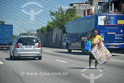 Vendedor ambulante de biscoito de polvilho Globo na Linha Vermelha  - Rio de Janeiro - Rio de Janeiro (RJ) - Brasil