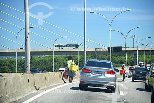 Vendedores ambulantes na Linha Vermelha com a Ponte do Saber ao fundo  - Rio de Janeiro - Rio de Janeiro (RJ) - Brasil