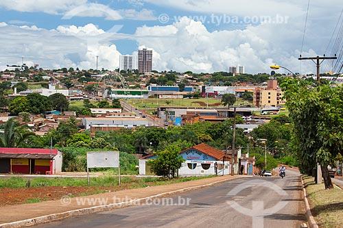 Vista da Rua 106 com o Viaduto João Joaquim de Carvalho ao fundo  - Jataí - Goiás (GO) - Brasil