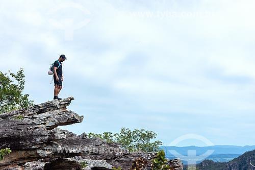 Homem observando a vista durante a caminhada no Parque Nacional da Chapada dos Veadeiros  - Goiás (GO) - Brasil