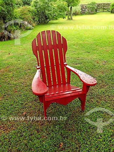 Cadeira vermelha em jardim  - São Francisco de Paula - Rio Grande do Sul (RS) - Brasil