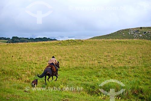 Gaúcho cavalgando  - São Francisco de Paula - Rio Grande do Sul (RS) - Brasil