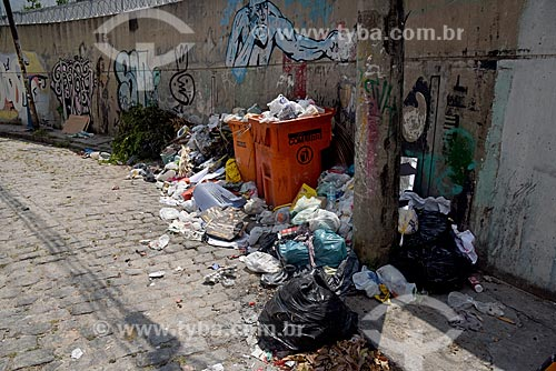 Lixeira cheia na Rua do Russel  - Rio de Janeiro - Rio de Janeiro (RJ) - Brasil