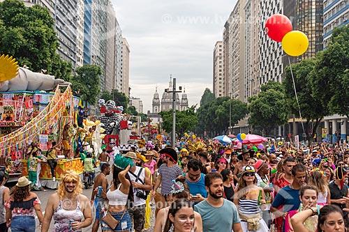 Foliões na Avenida Presidente Vargas durante o carnaval com a Igreja de Nossa Senhora da Candelária ao fundo  - Rio de Janeiro - Rio de Janeiro (RJ) - Brasil