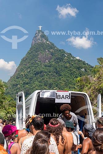 Bar improvisado no Mirante Dona Marta durante o carnaval com o Cristo Redentor ao fundo  - Rio de Janeiro - Rio de Janeiro (RJ) - Brasil