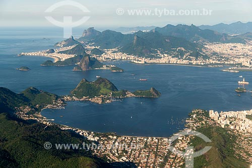 Foto aérea da Praia de Charitas com o Rio de Janeiro ao fundo  - Niterói - Rio de Janeiro (RJ) - Brasil