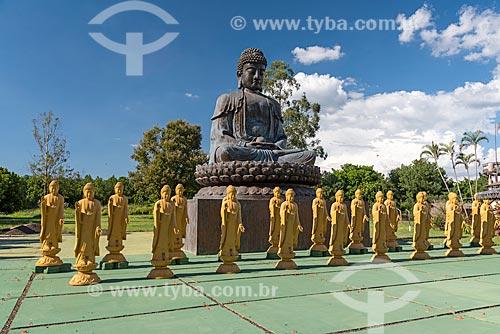 Estátuas femininas de Bodhisattvas - seres iluminados - com a posição de uma das mãos representa boas-vindas e a outra energia positiva e o Buda Amitabha no Centro Budista Chen Tien  - Foz do Iguaçu - Paraná (PR) - Brasil