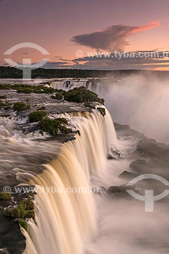 Vista da Garganta do Diabo no Parque Nacional do Iguaçu durante o pôr do sol  - Foz do Iguaçu - Paraná (PR) - Brasil