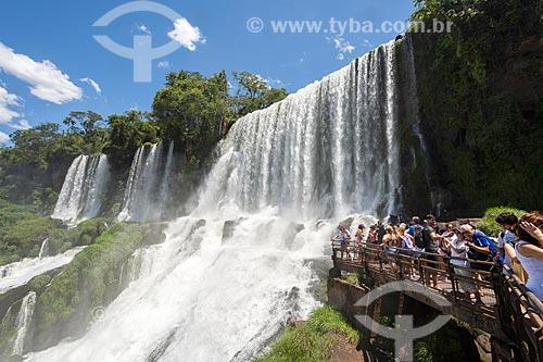 Turistas observando a vista a partir do mirante do Parque Nacional do Iguaçu  - Puerto Iguazú - Província de Misiones - Argentina