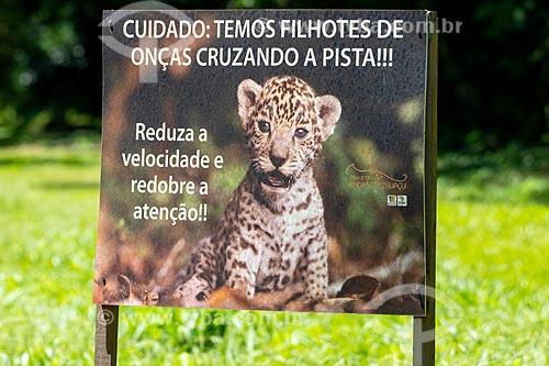 Placa indicando área de travessia de animais silvestres próximo ao Parque Nacional do Iguaçu  - Foz do Iguaçu - Paraná (PR) - Brasil