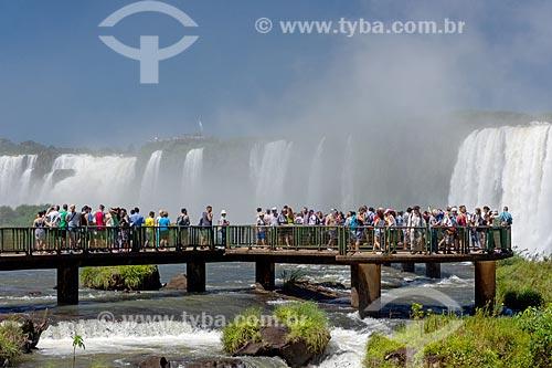Turistas observando a vista a partir do mirante do Parque Nacional do Iguaçu  - Foz do Iguaçu - Paraná (PR) - Brasil