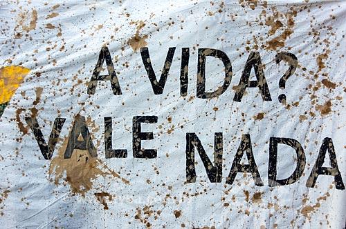 Detalhe de cartaz que diz: A vida vale nada - durante manifestação depois do rompimento de barragem de rejeitos de mineração da Companhia Vale do Rio Doce em Brumadinho (MG)  - Rio de Janeiro - Rio de Janeiro (RJ) - Brasil