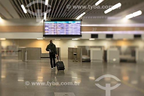 Passageiro no hall do Aeroporto Internacional Antônio Carlos Jobim  - Rio de Janeiro - Rio de Janeiro (RJ) - Brasil