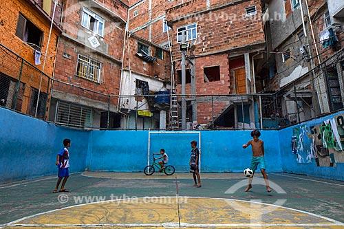 Meninos jogando futebol na quadra de futebol da Favela Tavares Bastos  - Rio de Janeiro - Rio de Janeiro (RJ) - Brasil