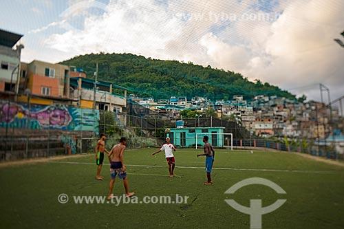 Jovens jogando futebol no campo de futebol na Favela Tavares Bastos  - Rio de Janeiro - Rio de Janeiro (RJ) - Brasil