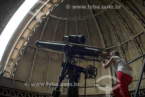 Mulher usando o telescópio no Observatório Nacional  - Rio de Janeiro - Rio de Janeiro (RJ) - Brasil