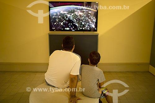 Homem e menino observando exibição no interior do Museu de Astronomia e Ciências Afins (MAST) no Observatório Nacional  - Rio de Janeiro - Rio de Janeiro (RJ) - Brasil