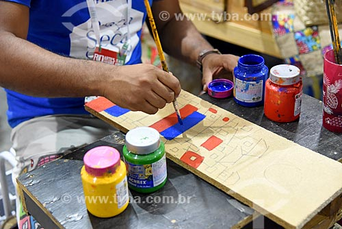 Oficina de artesanato em madeira durante a Feira Rio Artes Manuais no Centro de convenções SulAmérica  - Rio de Janeiro - Rio de Janeiro (RJ) - Brasil