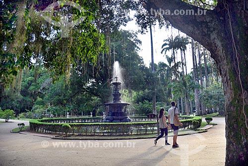 Casal caminhando próximo ao Chafariz das Musas no Jardim Botânico do Rio de Janeiro  - Rio de Janeiro - Rio de Janeiro (RJ) - Brasil